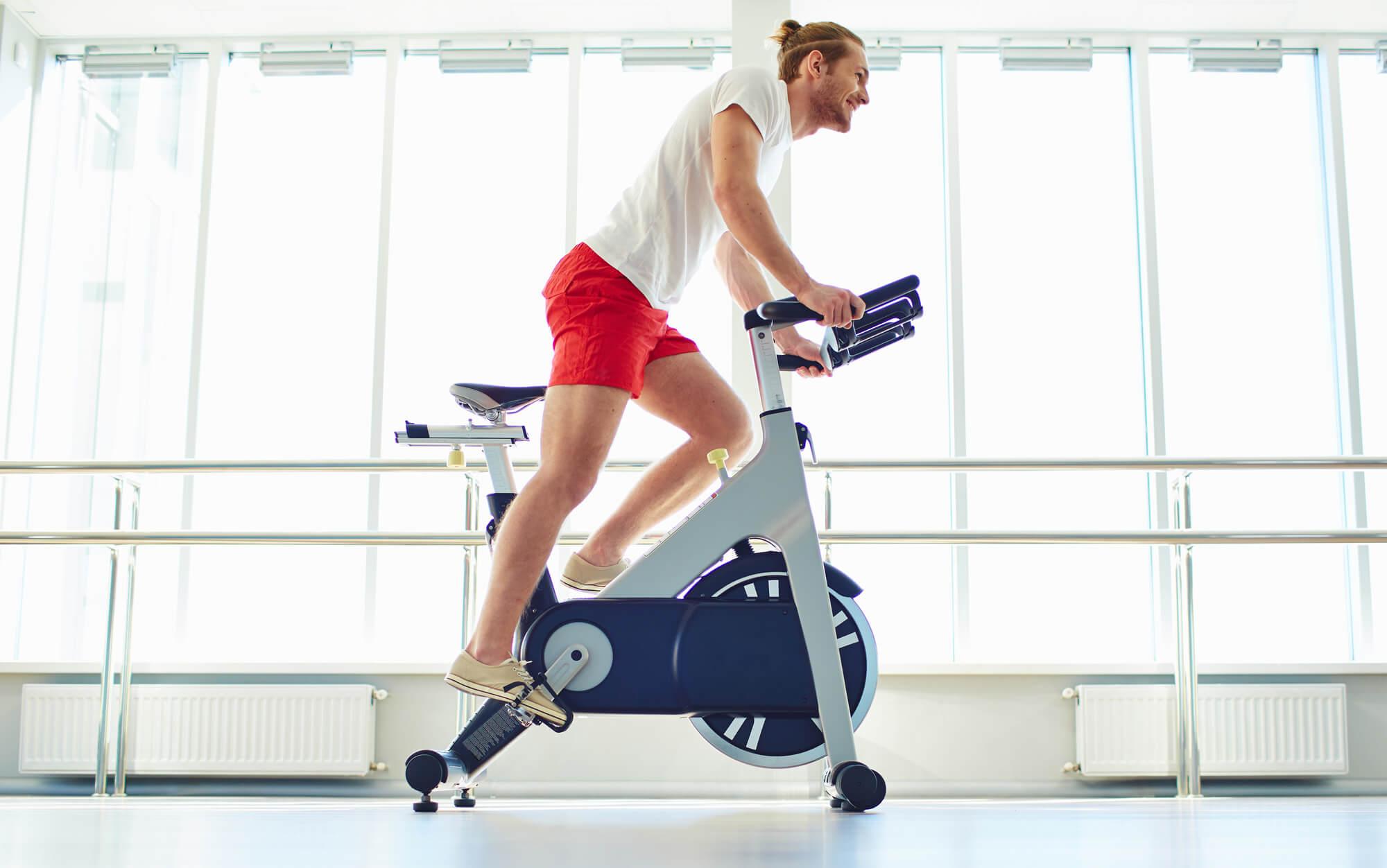 Ejercicios de rehabilitación de prótesis de rodilla con bicicleta estática
